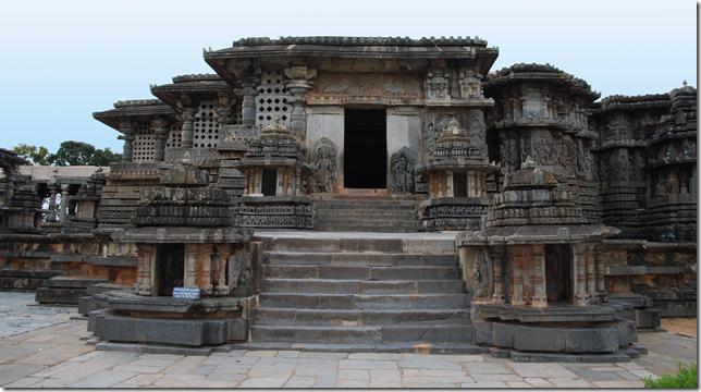 The jagati of the Hoysaleshwara temple at Hallebid