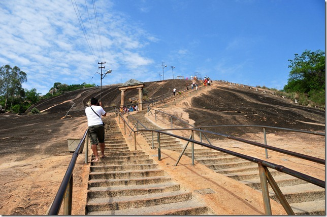 Steep climb to the colossal of Gomateshwara at Shravanbelagola